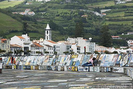 Muros cubierto por pinturas realizadas por marineros. Puerto deportivo de Horta. Isla de FAIAL