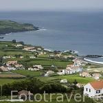 Vista desde el mirador de Nostra Senhora da Concepciao y playa de Almoxarife, primer asentamiento flamenco. Isla de FAIAL. Azores. Portugal