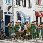 Turistas poniendose el chaleco salvavidas junto al museo de los balleneros. En Lajes do Pico. Isla de PICO
