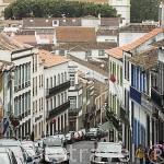 Calle rua do Gallo en el centro historico de la ciudad de Angra do Heroismo. Isla de TERCEIRA. Azores. Portugal