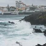 Fuerte oleaje frente a las costas de la isla de TERCEIRA. Al fondo la poblacion de Sao Mateus de Baixo.