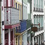 Casas y balcones de colores en la calle de Rua do Gallo en el centro historico de la ciudad de Angra do Heroismo. Isla de TERCEIRA. Azores. Portugal