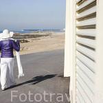 Señora en el paseo maritimo junto a la avenida Montevideo. Ciudad de OPORTO. Oceano Atlantico. Portugal