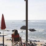 Descansando en una terraza en el paseo maritimo junto a la avenida Montevideo. Ciudad de OPORTO. Oceano Atlantico. Portugal