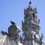 Escultura del obispo Antonio Ferreira Gomes y detrás la torre de los Clerigos, s.XVIII. Ciudad de OPORTO. Portugal