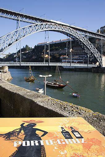 Terrazas y al fondo el puente de Luis I, sobre el rio Duero. Ciudad de OPORTO. Portugal