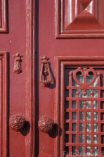 Aldaba en una puerta en el barrio de Ribeira. Ciudad de OPORTO. Portugal