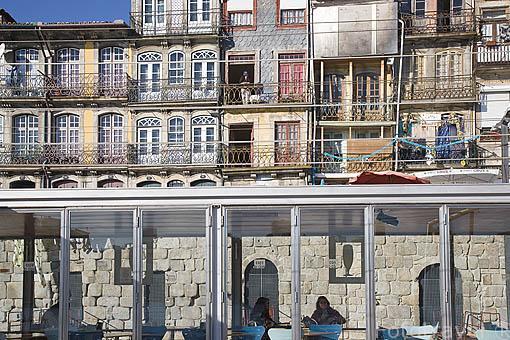 Terrazas en el barrio de Ribeira. Ciudad de OPORTO. Portugal