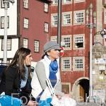 Chicas en la plaza de Ribeira. Ciudad de OPORTO. Portugal