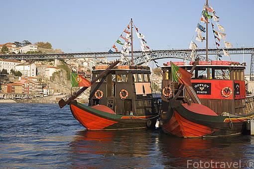 Barcos sobre el rio Duero. Ciudad de OPORTO. Portugal