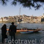 Barcos cargados con barriles de vino Oporto sobre el rio Duero. Vista desde la zona de Gaia. Ciudad de OPORTO. Portugal