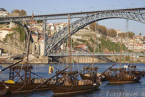 Barcos para transportar barriles de vino Oporto sobre el rio Duero. Desde la orilla de Gaia. Al fondo el puente de Luis I. Ciudad de OPORTO. Portugal