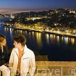 Una joven pareja y la ciudad de OPORTO. Portugal