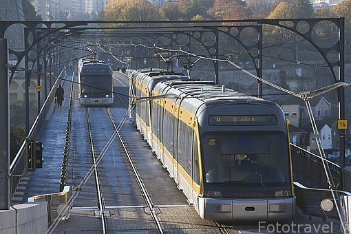 Linea de metro pasando sobre el puente de Luis I. Ciudad de OPORTO. Portugal