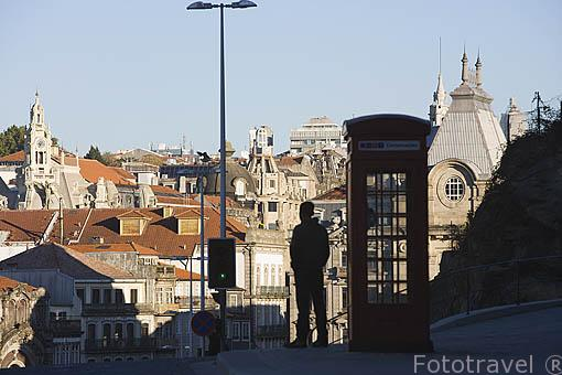 Ciudad de OPORTO y cabina de teléfono estilo inglesa. Portugal