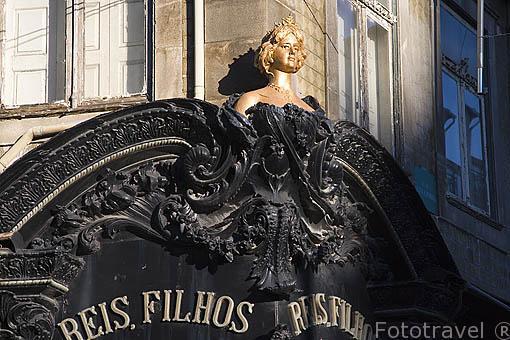 Detalle en la fachada de una tienda. Rua de Santa Catarina. Ciudad de OPORTO. Portugal