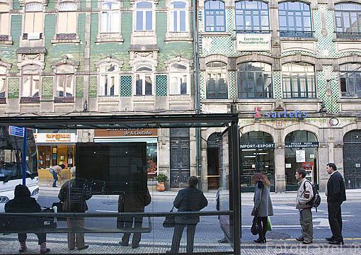 Parada de autobus en la rua de Alexandre. Ciudad de OPORTO. Portugal