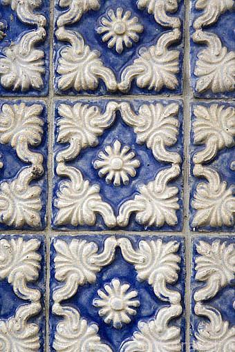 Detalle de azulejos en la fachada de una casa. Rua das Flores. Ciudad de OPORTO. Portugal