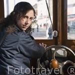 Conductora de Tranvia en la linea Placa do Infante - Passeio Alegre. Ciudad de OPORTO. Portugal