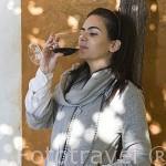 G. Teles probando un vino tinto de la Quinta do Vallado. Cerca del pueblo de REGUA. Portugal M.R.089