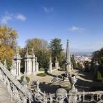 Vistas de las escaleras y esculturas junto al Santuario Ntra. Sra. Dos Remedios. Pueblo de LAMEGO. Zona del rio Duero. Portugal