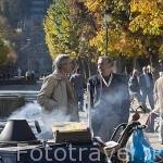 Señores vendiendo castañas en el pueblo de LAMEGO. Zona del rio Duero. Portugal