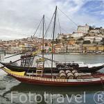 Antiguos barcos que transportaban vino Oporto sobre el río Duero. Ciudad de OPORTO. Portugal