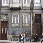 Antiguos rosetones sobre las puertas que iluminaban la escalera interior. Calle de Santa Catarina. Ciudad de Oporto. Portugal
