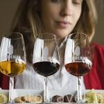 Diferentes variedades de vino Oporto para venta y degustación (White o Apitif / Tawny y Vintage) con aperitivos de acompañamiento. Quinta do Seixo. En VALENCA DO DOURO. Valle del Duero. Portugal