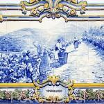 Azulejos con diferentes escenas de recolección y trabajo en los viñedos del Duero. Estación de tren de PINHAO. Valle del Duero. Portugal