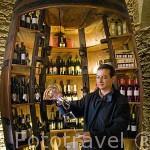 Degustación de vino oporto por el dueño de la Quinta Avessada, el sr. Luis de Barroz. Cerca de la población de FAVAIOS. Valle del Duero. Portugal