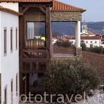 Hotel Casa das Pipas de la Quinta do Portal, detras el pueblo de CELEIROS DO DOURO y viñedos. Valle del Duero. Portugal