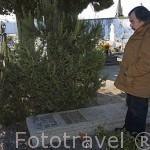 Tumba de Miguel Torga junto a su mujer, junto a la iglesia del pueblo de SAN MARTINHO DE ANTA. Valle del Duero. Portugal