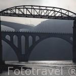 Puentes sobre el rio Duero. El más alto y moderno es el de Miguel Torga. El puente de hierro es el más antiguo. Población de REGUA. Valle del Duero. Portugal