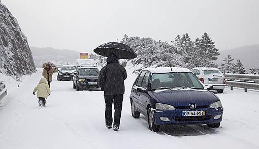 Vehiculos atascados en la nieve en la A-4 en la montaña de Marao. Cerca de VILA REAL. Portugal