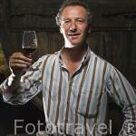 El Sr. Antonio Fernando Lopes Vasques de Carvalho en su bodega particular de vino tinto y Porto. Población de REGUA. Valle del Duero. Portugal