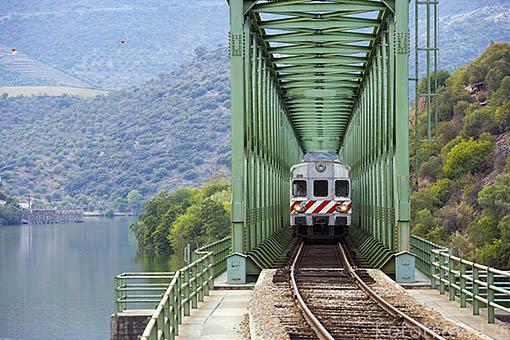 Tren y via de ferrocarril. Puente sobre el rio Duero. Cerca de la poblacion de REGUA. Valle del Duero. Portugal