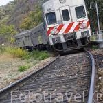Tren y via de ferrocarril. Cerca de la poblacion de REGUA. Valle del Duero. Portugal