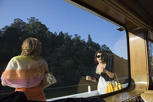 Chicas en un barco turistico sobre el rio Duero cerca de la población de REGUA. Valle del Duero. Portugal