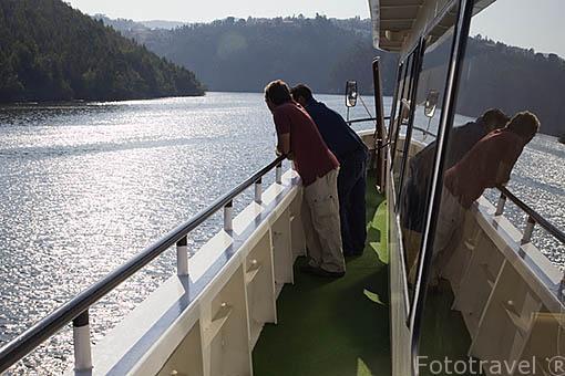 Barco turistico navegando sobre el rio Duero. Valle del Duero. Portugal