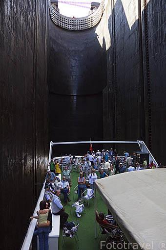 Turistas atravesando en un barco turistico la presa de Carrapatelo. Con 35 metros de altura , una de las más altas de Europa. Rio Duero. Valle del Duero. Portugal