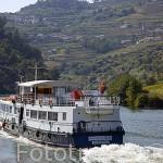 """Barco turistico """"Princesa do Douro"""" de la empresa Douro Azul navegando por el rio Duero. Valle del Duero. Portugal"""