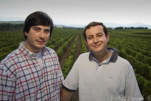 Miguel y Luis (quinta generacion) junto a sus viñedos de uva moscatel. Quinta de Avessada. Cerca de FAVAIOS. Valle del Duero. Portugal