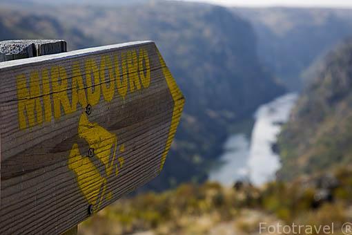 Cartel indicativo de mirador. Hoces del Duero cerca de San Juan de los Arribes. Cerca de MIRANDA DE DUERO. Valle del Duero. Portugal