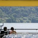 Barco turistico sobre el rio Duero cerca de la población de REGUA. Valle del Duero. Portugal