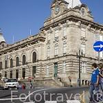 Pareja junto al paso de peatones. Ciudad de OPORTO. Portugal
