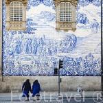 Fachada lateral de la iglesia Nuestra Señora del Carmen (estilo rococo) con decoración de azulejos. Ciudad de OPORTO. Portugal