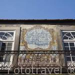 Fachada y balcón de una casa con decoración de azulejos. Ciudad de OPORTO. Portugal