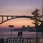 El puente de Arrabida sobre el rio Duero al atardecer. Ciudad de OPORTO. Portugal