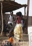 Chicas bailando en un dia festivo de Comunión. Poblacion de Palmarin Sessere. Delta del Saloum. Senegal. Africa